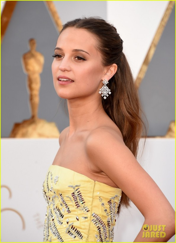 alicia-vikander-looks-like-belle-in-her-oscars-2016-dress-02