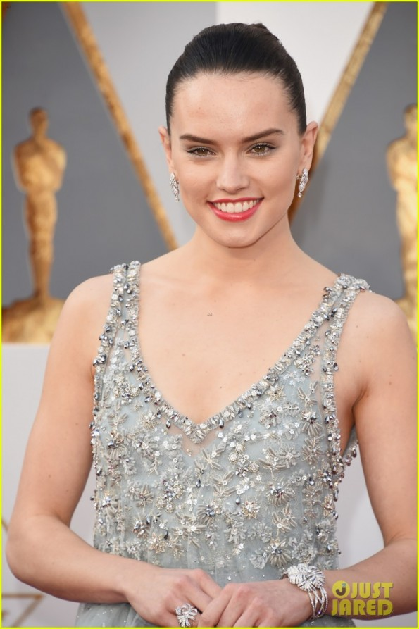 daisy-ridley-oscars-2016-red-carpet-02
