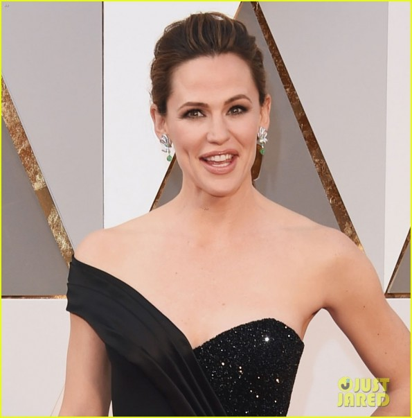 jennifer-garner-2016-oscars-red-carpet-05