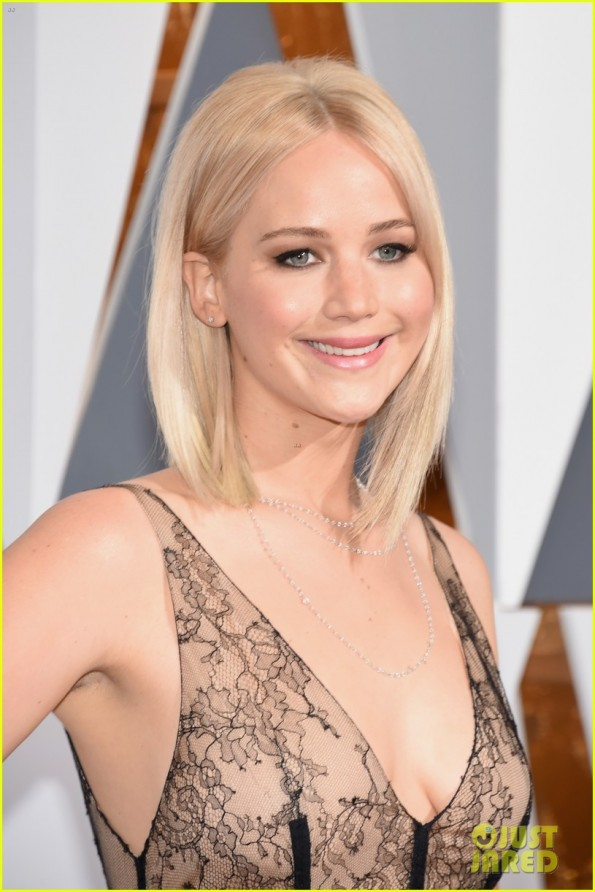 jennifer-lawrence-oscars-2016-red-carpet-07